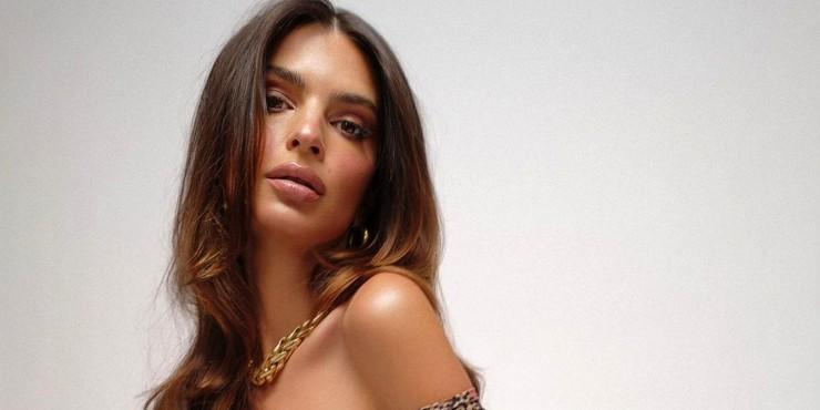 Эмили Ратаковски снялась обнаженной для собственного бренда