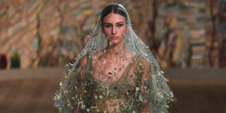 Прозрачные платья и силуэтные пальто в кутюрной коллекции Dior