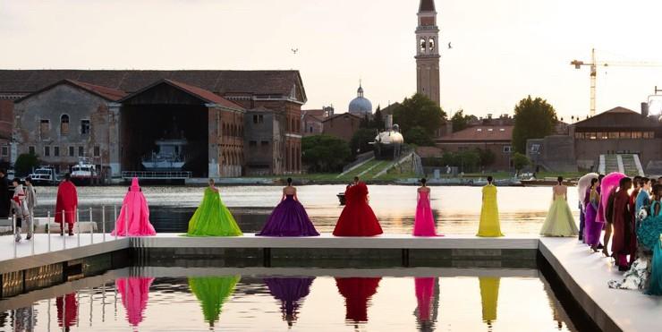 Перья, блестки и буйство красок в кутюрной коллекции Valentino