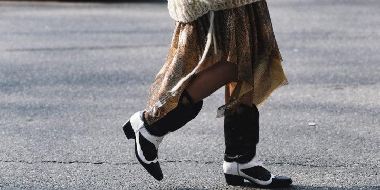 Казаки не перестают быть must-have обувью этой осени