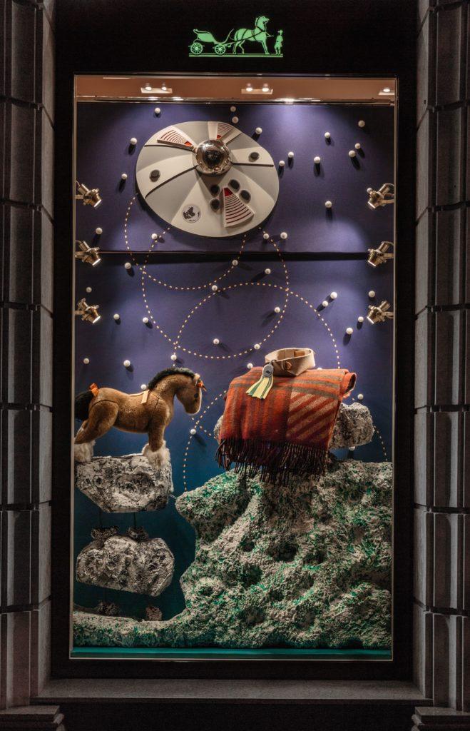Летние декорации бутика Hermès радуют жителей и гостей южной столицы