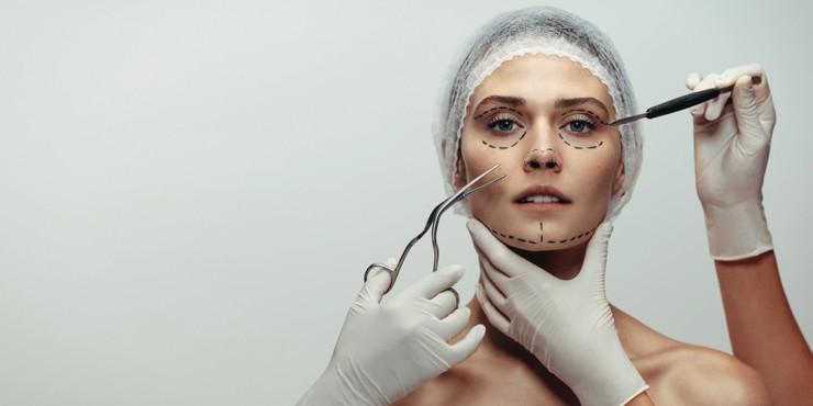 Жертва пластики: Как филлеры и ботокс могут изуродовать лицо?