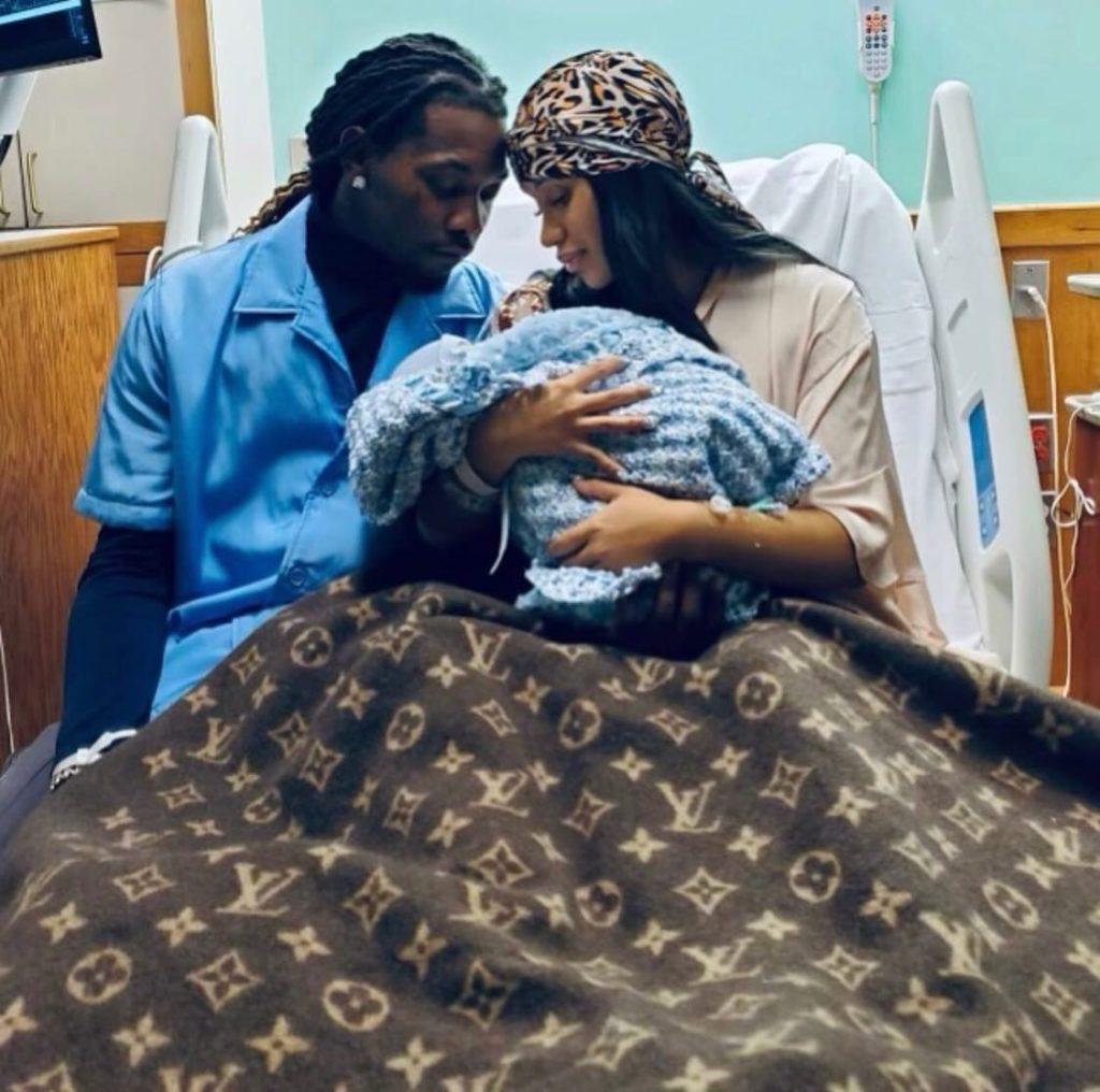 Что Селена Гомес подарила новорожденному сыну Карди Би?