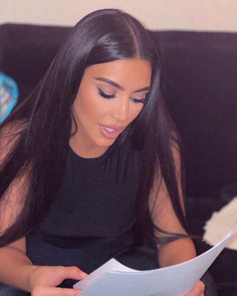 Ким Кардашьян на SNL-шоу: шутки о Канье, компромат на сестер и поцелуй со звездой