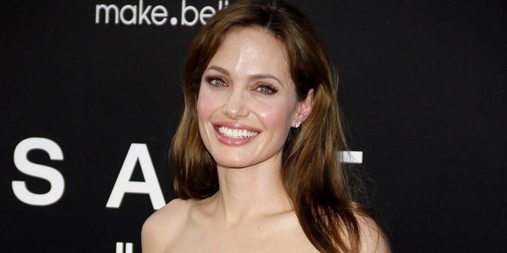 С кем из бывших проводит время Анджелина Джоли?