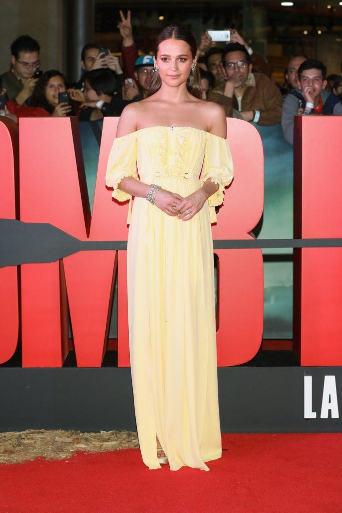 Алисия Викандер в Louis Vuitton на премьере «Tomb Raider: Лара Крофт»